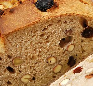 gros plan Pain épeautre amandes noisettes raisins (15)