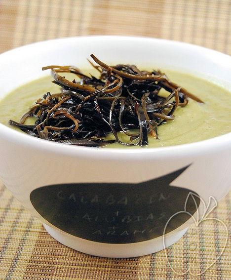 Crema de alubias y calabacín con ensalada de alga aramé (